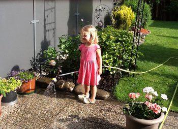 """<p class=""""caption"""">Anne, die kleine Gärtnerin, freut sich über den Frühling.</p>"""