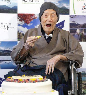 <p>Ashoro. Betagt: Masazou Nonaka, der älteste Mann der Welt, genießt mit seinen 112 Jahren ein Stück Torte.</p>