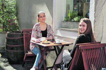 Auch im Buongustaio kann draußen gespeist werden – das Flair erinnert an klassische italienische Straßencafés und versetzt Selina und Sabrina in Urlaubsstimmung.
