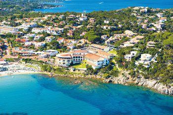 """<p class=""""caption"""">Auf Sardinien laden lange weiße Sandstrände und versteckte Badebuchten zum Entspannen ein. Das Club Hotel überzeugt mit guter Küche, exzellentem Service und Privatstrand.</p>"""