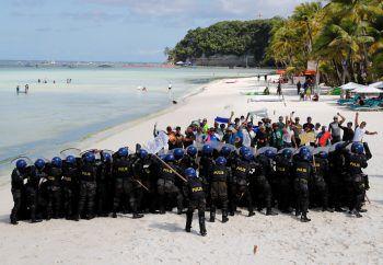 <p>Baracay. Vorbereitet: Philippinische Polizisten üben bei einer Polizei- und Militärübung den Umgang mit Aktivisten.</p>