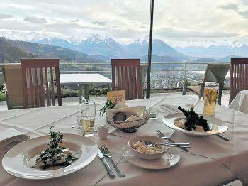 Bei dieser Aussicht sitzt man beim Essen auch mal gerne nebeneinander. Fotos: W&W