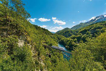 """<p class=""""caption"""">Bei einer Fahrt mit der Centovalli-Bahn können faszinierende Landschaften bestaunt werden. Fotos:handout/Weiss Reisen</p>"""