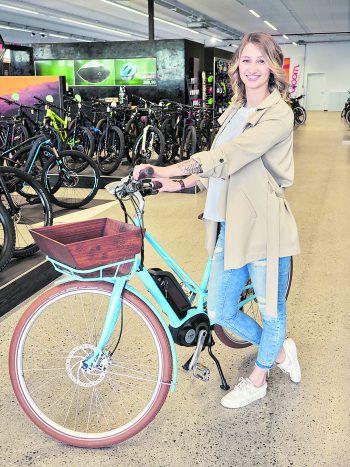 Bei Zweirad Loitz befindet sich Alina in einem wahren Bike-Paradies.
