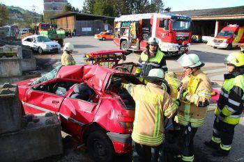 Beim Workshop wurde die Befreiung der Fahrzeuginsassen geübt. Foto: VOL.at/Vlach