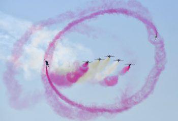 <p>Berlin. Waghalsig: Spanische Piloten performen bei der Airshow.</p>