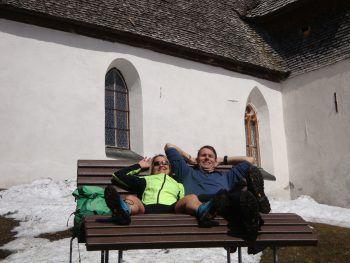 """<p class=""""caption"""">Bianca und Robin machen ein Päuschen während einer wunderschönen Schneewanderung bei 20 Grad am Kristberg.</p>"""