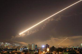 Boden-Luft-Raketen erhellten den Nachthimmel von Damaskus.Fotos: AP, APA
