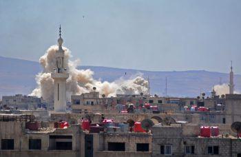 <p>Damaskus. Bedrohlich: Geballte Rauchwände steigen nach den syrischen Angriffen über einem Flüchtlingscamp auf.</p>