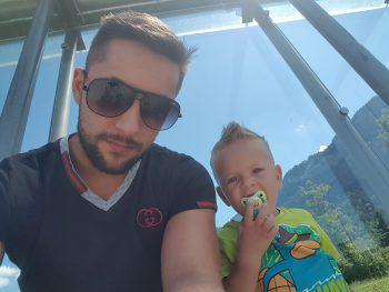 "<p class=""caption"">Damian Anthony (3) mit seinem Papa.</p>"