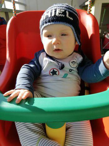 """<p class=""""caption"""">Der kleine Daniel (7 Monate) sitzt zum ersten Mal in einer Schaukel.</p>"""