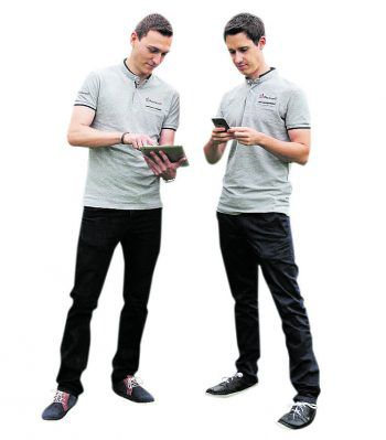 """<p class=""""caption"""">Daniel und</p><p class=""""caption"""">Fabian sind Experten bei Handy- oder Tablet Reparaturen.</p>"""