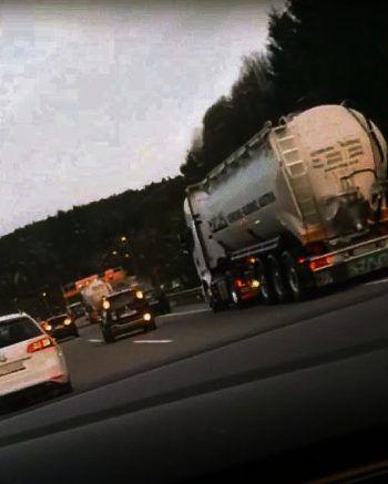Das Video von den rückwärts fahrenden Autos in der Rettungsgasse wurde in wenigen Stunden Hunderte Mal geteilt.Screenshot: Facebook/Antenne Vorarlberg