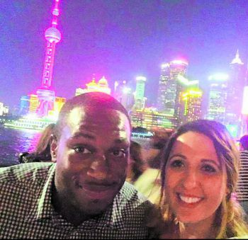 Dennis und Annamaria vor der bunt beleuchteten Skyline von Shanghai. Fotos: handout/privat