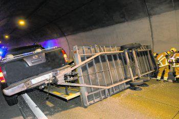 """<p class=""""caption"""">Der Anhänger blieb quer im Tunnel liegen, weshalb die Röhre in Richtung Bregenz gesperrt werden musste.Foto: Mathis</p>"""