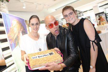 """<p class=""""caption"""">Der Brillendesigner Ralph Anderl mit Corinna Armellini und Leonie Kirschner.</p>"""