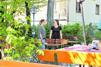 """<p class=""""caption"""">Der Gastgarten im Schnitzelhaus Bethlehem punktet mit rustikaler Gemütlichkeit und ist vor allem im Sommer, wenn die Rosen blühen, ein zauberhafter Ort, um zu speisen.</p>"""