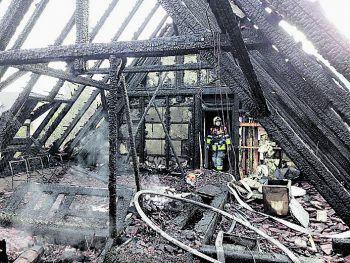 "<p class=""caption"">Die Dachgeschosswohnung wurde durch das Flammenmeer komplett zerstört.</p>"