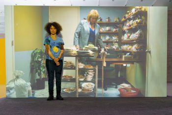 Die israelische Künstlerin Mika Rottenberg vor einer ihrer Installationen.Foto: Stiplovsek