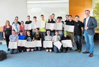 """<p class=""""caption"""">Die teilnehmenden Jugendlichen mit Regine Kadgien von der FHV, Webdeveloper Phuc Le und LR Christian Gantner.</p>"""