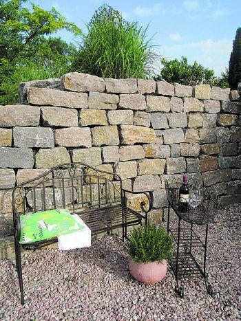 """<p class=""""caption"""">Diese Natursteinmauer aus Muschelkalk ist in verschiedenen Dimensionen erhältlich.</p>"""