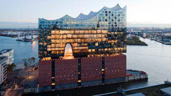 Direkt am Hafen liegt das neue Wahrzeichen der Stadt – die Elbphilharmonie.