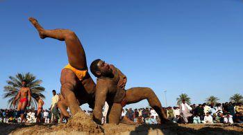 """<p>Dubai. Wettkampf: Männer kämpfen bei der """"Kushti Competition"""" gegeneinander.</p>"""