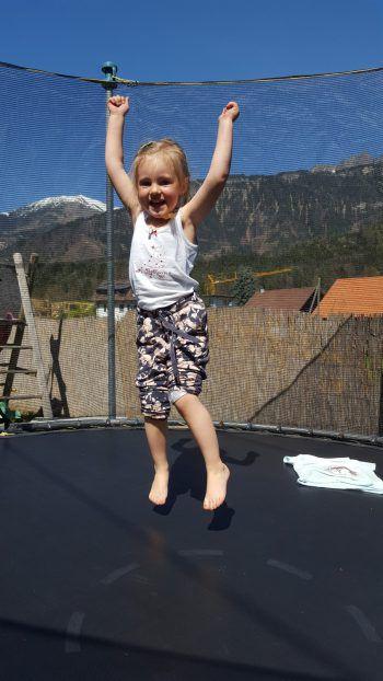 """<p class=""""caption"""">Ella-Louise (3) aus Bludenz beim Toben auf ihrem Trampolin.</p>"""