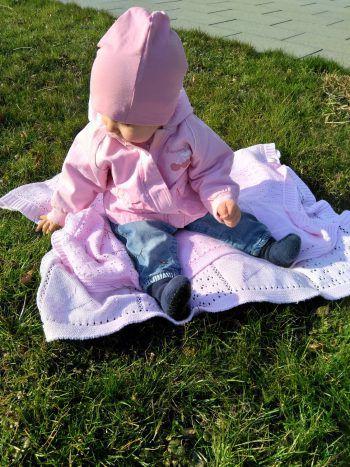 """<p class=""""caption"""">Emma (1) genießt die ersten warmen Sonnenstrahlen im Garten.</p><p class=""""caption"""" />"""