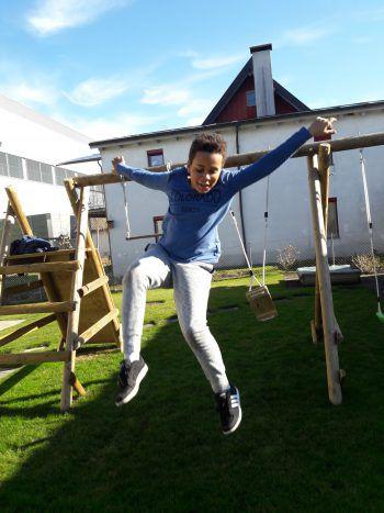 """<p class=""""caption"""">Endlich Frühling: Gabriel (9) beim Sprung von der Schaukel.</p>"""