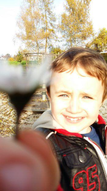 "<p class=""caption"">Fabian (4) verbringt Frühlingstage am liebsten auf dem Spielplatz.</p>"
