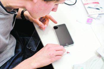 Fabian Schnetzer in seinem Element. Bei den Reparaturen verbindet er Job mit Leidenschaft.Fotos: Handout/privat