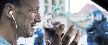 Familienvater Karl gerät bald selbst unter Verdacht und in das Fadenkreuz der Ermittler.Fotos: Constantin Film