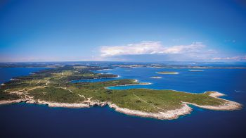 "<p class=""caption"">Tiefblaues Meer umgiebt die Inseln Kroatiens. </p>"