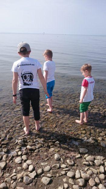 """<p class=""""caption"""">Filip (9), Simon (7) und Alexander (4) trauen sich am Rohrspitz schon in den Bodensee.</p>"""