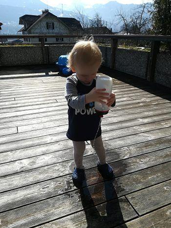 """<p class=""""caption"""">Für Finn aus Satteins können die Wasserspiele endlich wieder beginnen.</p>"""