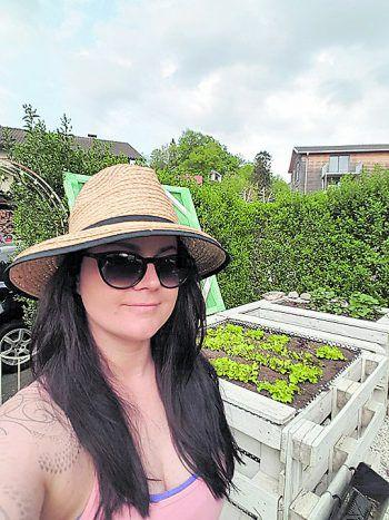 Für Sarah Lins aus Schwarzach gehört das Smartphone zu den Gartengeräten.Fotos: handout/Privat