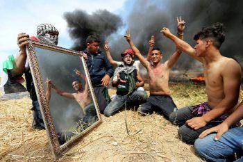 <p>Gaza-Streifen. Militant: Demonstranten benutzen einen Spiegel, um Gegner zu blenden.</p>