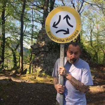 """<p class=""""caption"""">Gerd bei der Ruine Alt-Ems.</p>"""