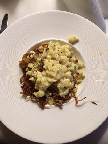 Geröstete Zwiebeln, würziger Käse und herzhafte Knöpfle.