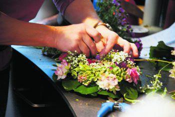 Geschickte Floristinnen der Gärtnerei Ludescher zaubern Kunstvolles für Feste oder zum Verschenken.Fotos: handout/Ludescher