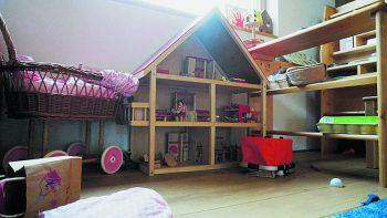 """<p class=""""caption"""">Gespielt wird mit Spielzeug aus Holz.</p>"""