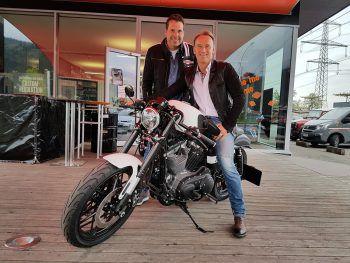 """<p class=""""caption"""">GF Thomas Rotheneder überreichte dem Gewinner Helmut Gassner seinen Preis!</p>"""