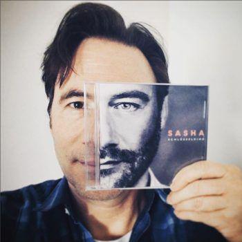 <p>Humorvoll: Bully Herbig präsentiert eine CD von Sasha.</p>