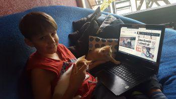 """<p class=""""caption"""">In Dornbirn wird geteilt: Fritz liest das W&W-E-Paper, während die Kätzchen Videos auf YouTube anschauen.Fotos: handout/Privat</p>"""