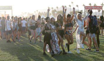 <p>Indio. Gestylt: Eine Gruppe Konzertgängerinnen beim Coachella-Festival.</p>