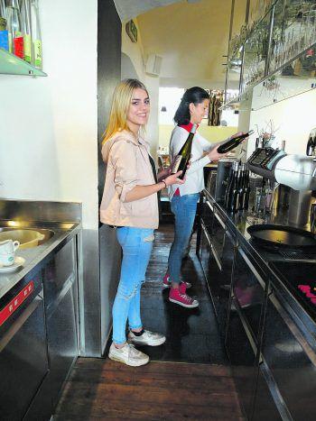 """<p class=""""caption"""">Jaqueline hat in Chefin Theresia Zwerger eine Freundin und Mentorin gefunden.</p>"""