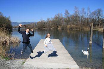 """<p class=""""caption"""">Joel und Amy genießen das traumhafte Wetter in Altach.</p>"""