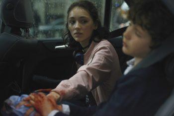 """<p class=""""caption"""">Josefine (Emily Kusche) sorgt sich um ihren kleinen Bruder Marius (Carlo Thoma), der durch herumfliegende Splitter verletzt wurde.</p>"""