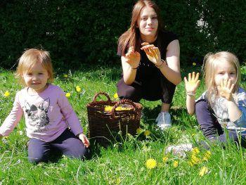 "<p class=""caption"">Josephina (3), Emilia (18) und Jolina (4,5) sammeln fleißig Löwenzahn.</p>"
